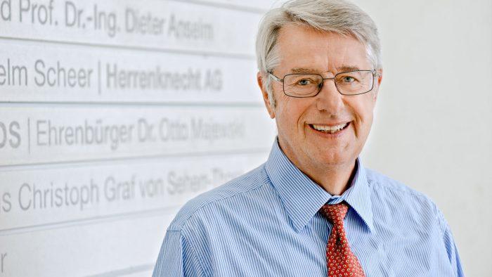 Dr. Otto Majewski, Ehrensenator und Ehrenbürger der Technischen Universität München (TUM), vor der Stifterwand im Hauptgebäude der Universität