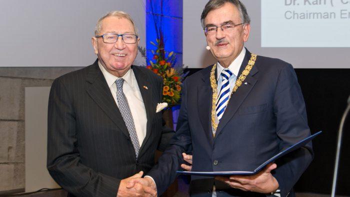 Chemiker Dr. Karl Wamsler (links) und Wolfgang A. Herrmann, Präsident der Technischen Universität München (TUM), am Dies academicus 2015